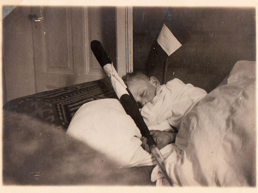Hitlerjunge aus Eggerberg eingeschlafen mit seinem Jungvolk-Wimpel im Arm.