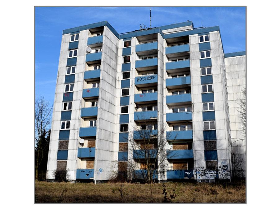Ein Lost Place am Ortseingang. Das Hochhaus Sandkamp 25 als Ruine im Frühjahr 2016. Foto: Wolfgang Kosubek.