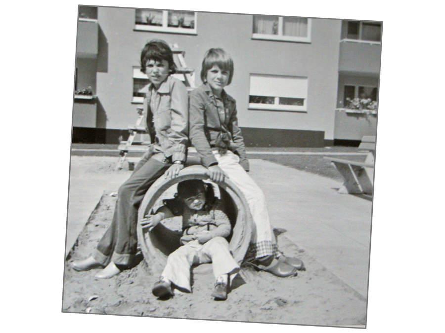 Sandkamp-Kinder 1975. Der Spielplatz lag zentral zwischen in Häusern, immer im Blickfeld. Foto: Wolfgang Kosubek.
