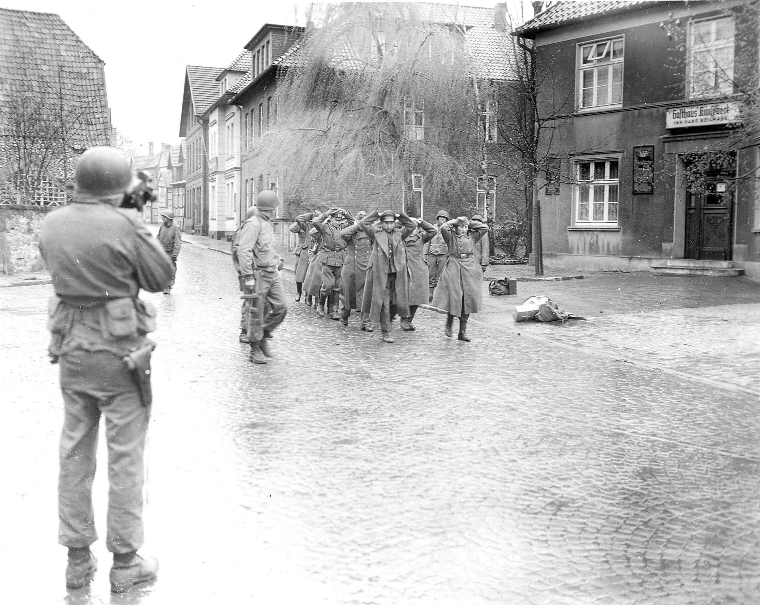 US-Truppen nehmen in der Rosenstraße deutsche Soldaten gefangen. Foto: Frank van der Veer.