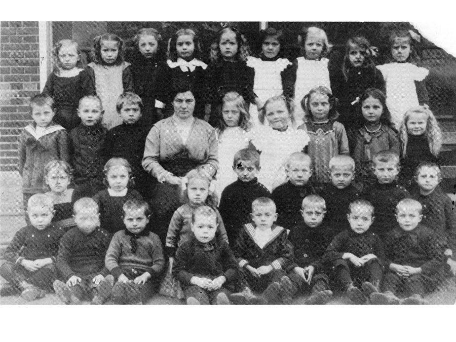 Gruppenfoto - Die jüdische Lehrerin Emma Sachs mit ihren Schülern in Borne/Niederlande