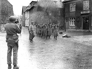 US-Truppen nehmen in der Rosenstraße deutsche Soldaten gefangen. Foto: van der Veer.