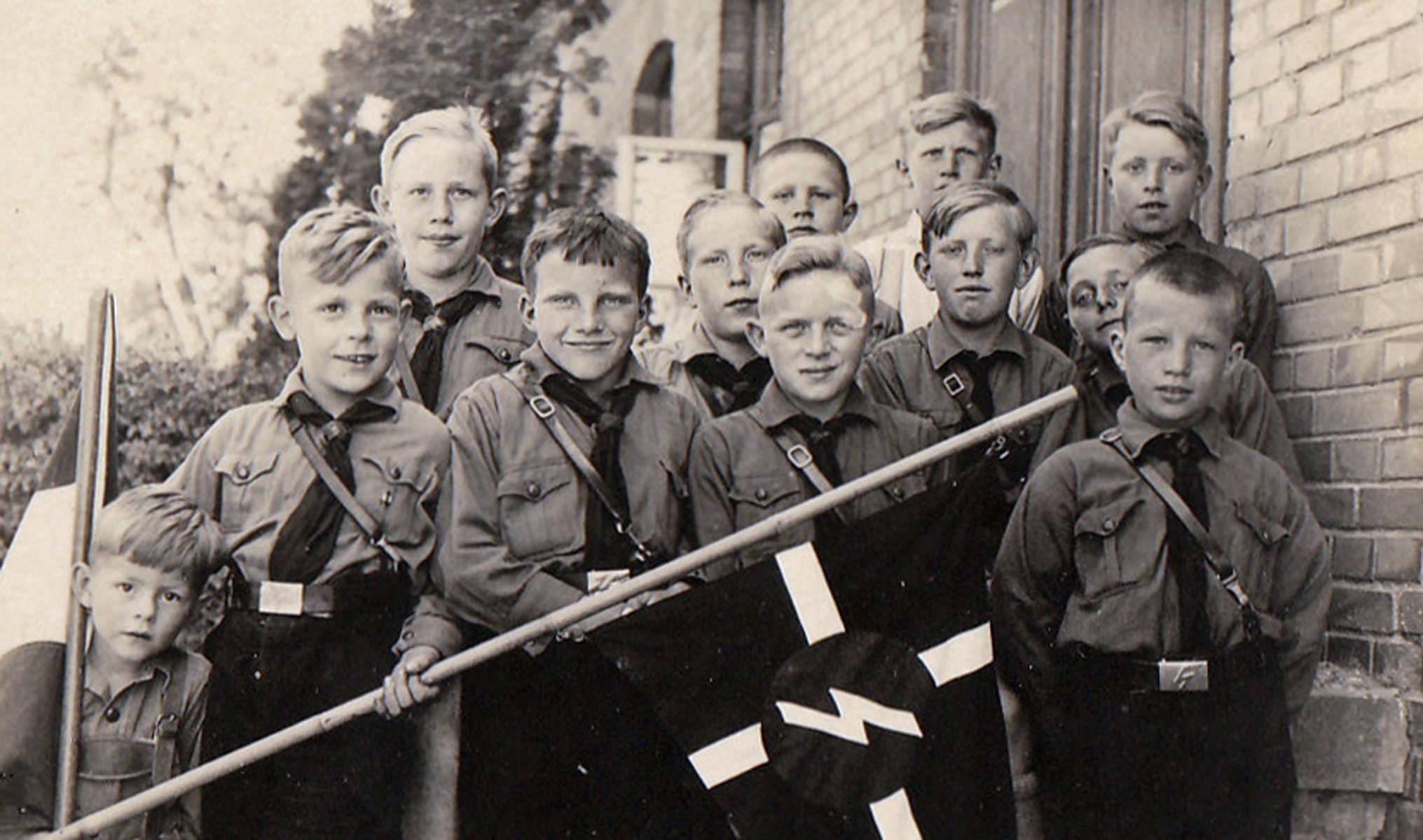 Hitlerjugend, Jungvolk, HJ, Pimpfe mit Wimpel an der Schule in Eggeberg. Foto Leihgabe von Wolfgang Modersohn.