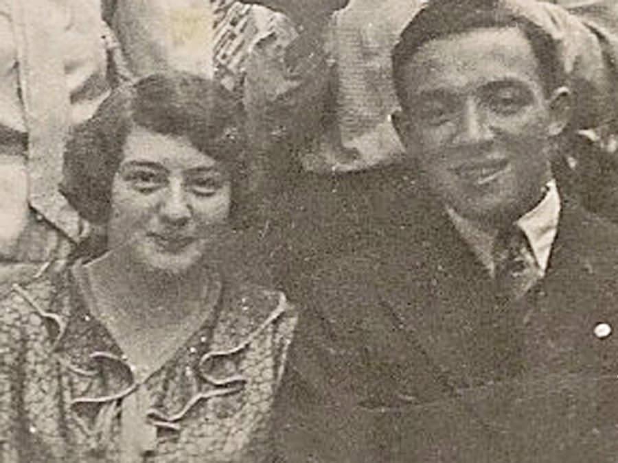 Die Geschwister Klara und Hans Isenberg bei der Feier einer Freundin um 1932.