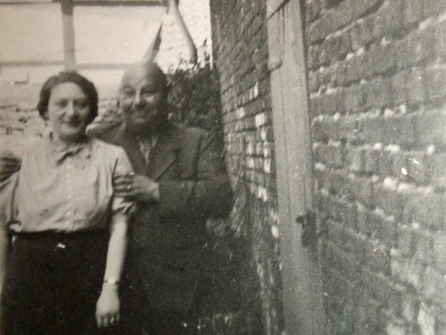 Klara und Moritz Isenberg neben ihren Betrieb. Leihgabe von Familie Rieke.