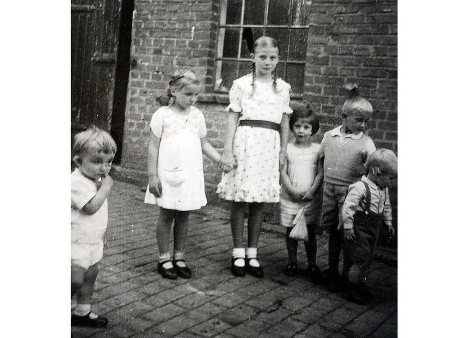 Nachbarskinder auf Isenbergs Hof vor 1933. Leihgabe von Familie Schürmann.