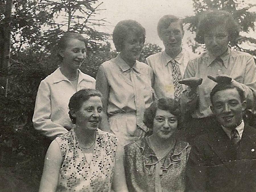 Kara und Hans Isenberg im Kreis von Klaras Freundinnen vor 1933. Leihgabe von Hanna Witte.