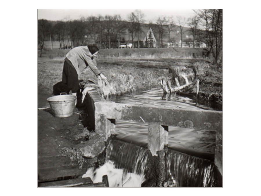 Wäscherin am Laibach in Halle Westfalen 1950er Jahre. Stadtarchiv Halle (Westf.)