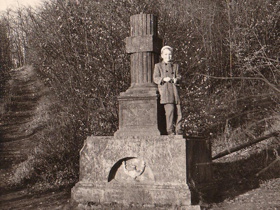 Ende Oktober 1959, Foto: Eberhard Wiegand, zur Verfügung gestellt von Martin Wiegand (steht als Sechsjähriger auf dem Denkmal)
