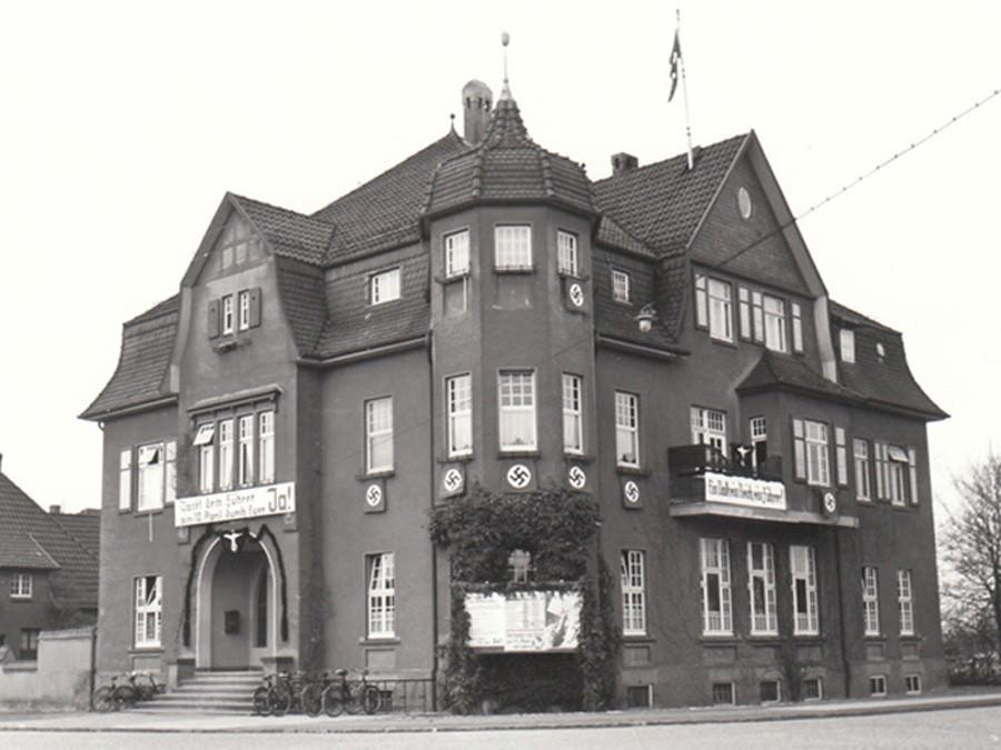 Amtshaus Halle/Westfalen mit Hakenkreuzfahnen zur Wahl 1938