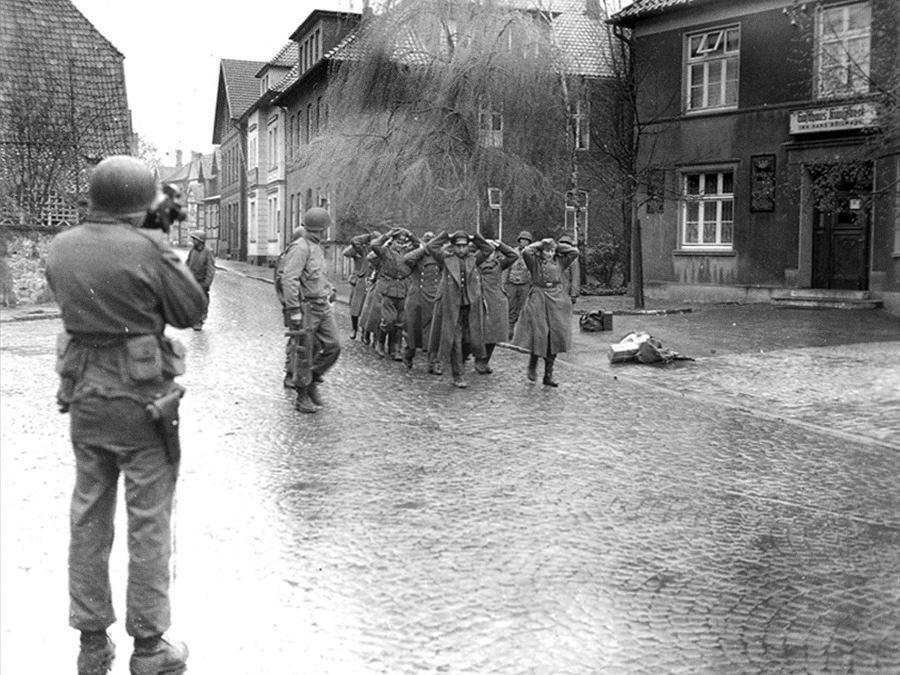 Van der Veer - Kriegsende 1945 - Einmarsch von US-Tuppen in der Rosenstraße in Halle Westfalen