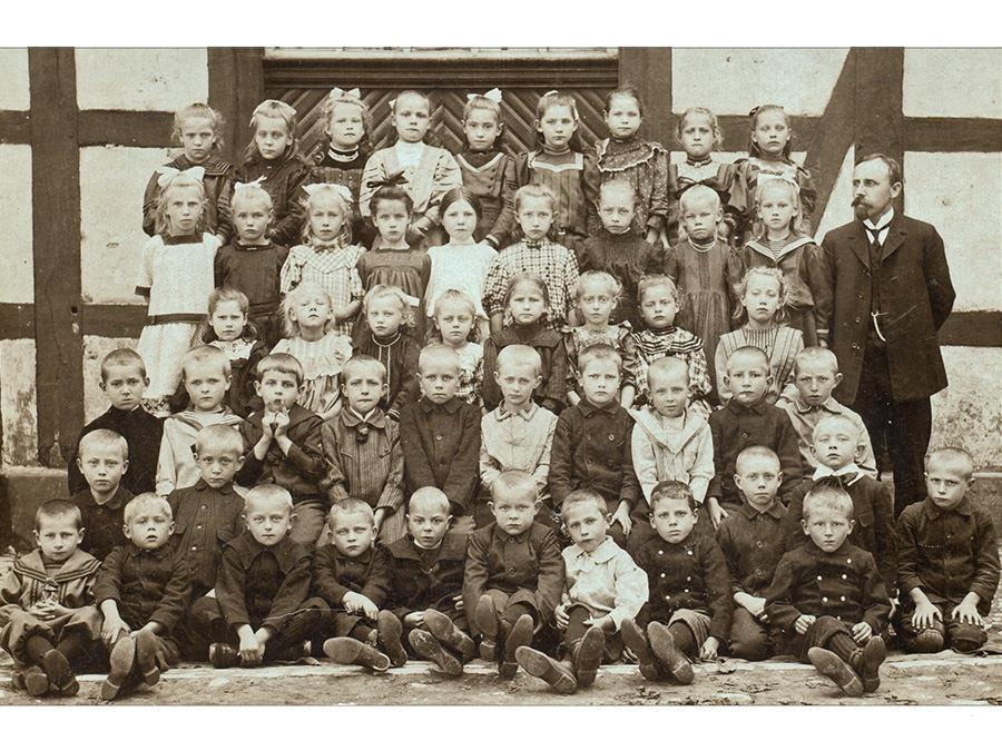 Klassenfoto vor der Volksschule im Groppe-Haus. Haller KInder 1912