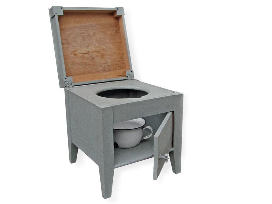 Toilettenhocker, Zimmertoilette, Nachttopf, vermutlich Eigenbau. Leihgaben von Gerd Vormholt