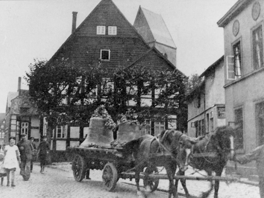 Abtransport der Glocken der St. Johanniskirche in Halle Westfalen am 11. August 1917. Foto Stadtarchiv Halle (Westf.)