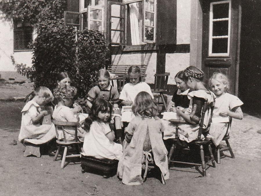 Kleine Mädchen im Kriegsdienst. Herstellen von Scharpie (Charpie), Verbandsmull aus gezupfeten Baumwollresten. Aufnahme September 1914