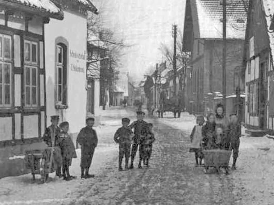 Kinder auf der Langen Straße in Halle/Westfalen im Winter 1909 vor dem Schwarzen Wirt Blickrichtung Innenstadt