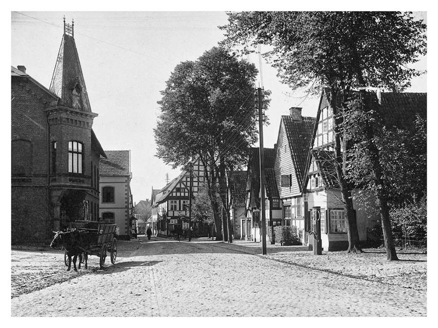 Die obere Bahnhofstraße mit dem Kolonialwarengeschäft von C.H. Brune. Leihgabe von Inge Stoppenbrink.