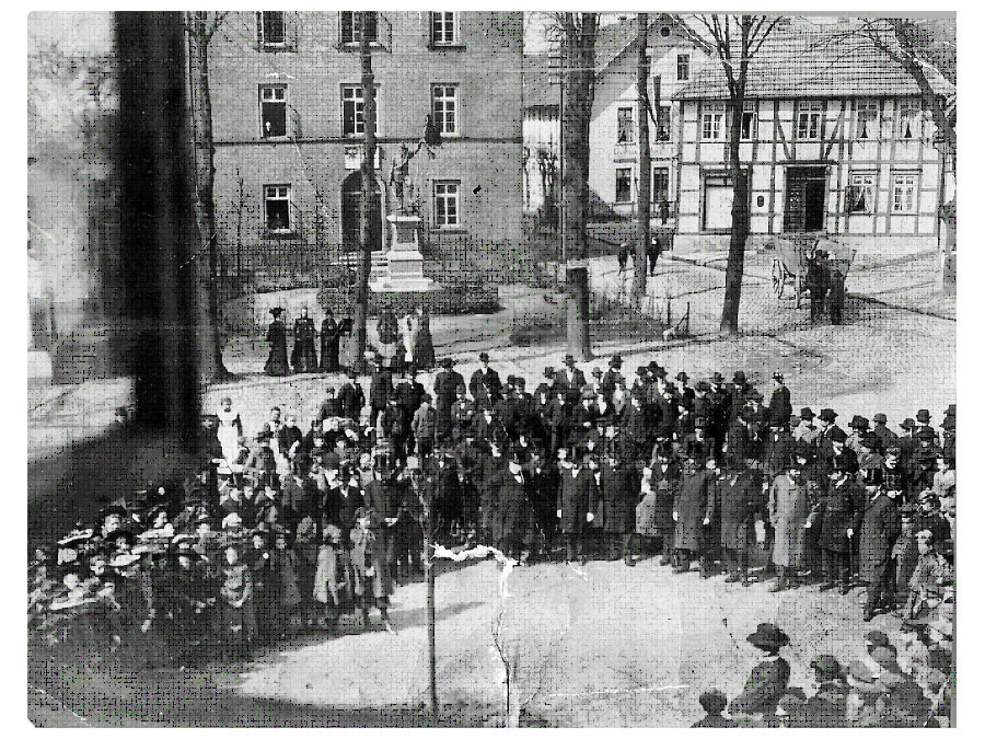 Der Lindenplatz mit dem Kriegerdenkmal zehn Jahre zuvor bei der Pflanzung der Bismarck-Eiche. Leihgabe: Klaus-Kuno Neuenbäumer