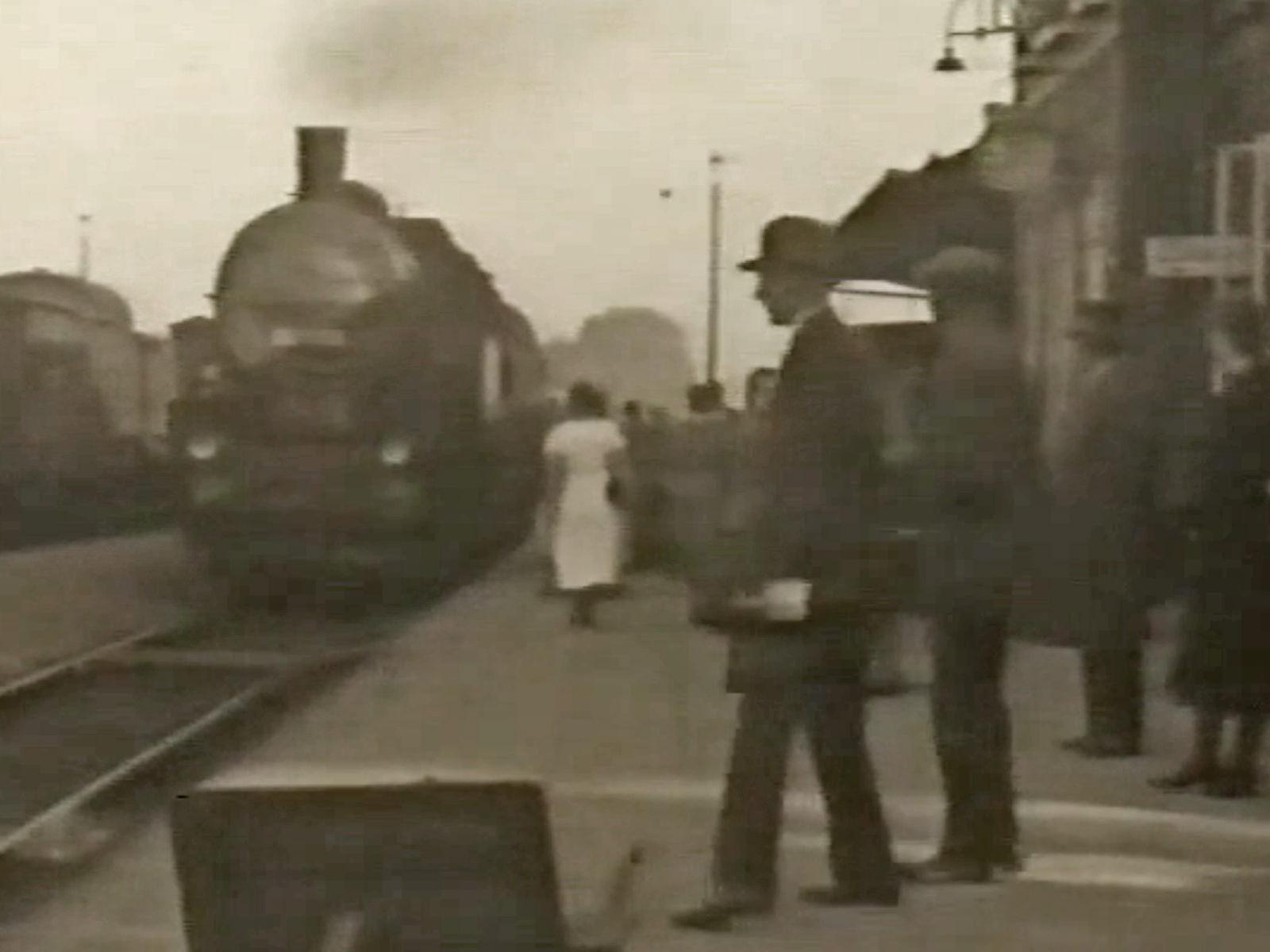 Zug mit Dampflok in Halle (Westf.) um 1930.