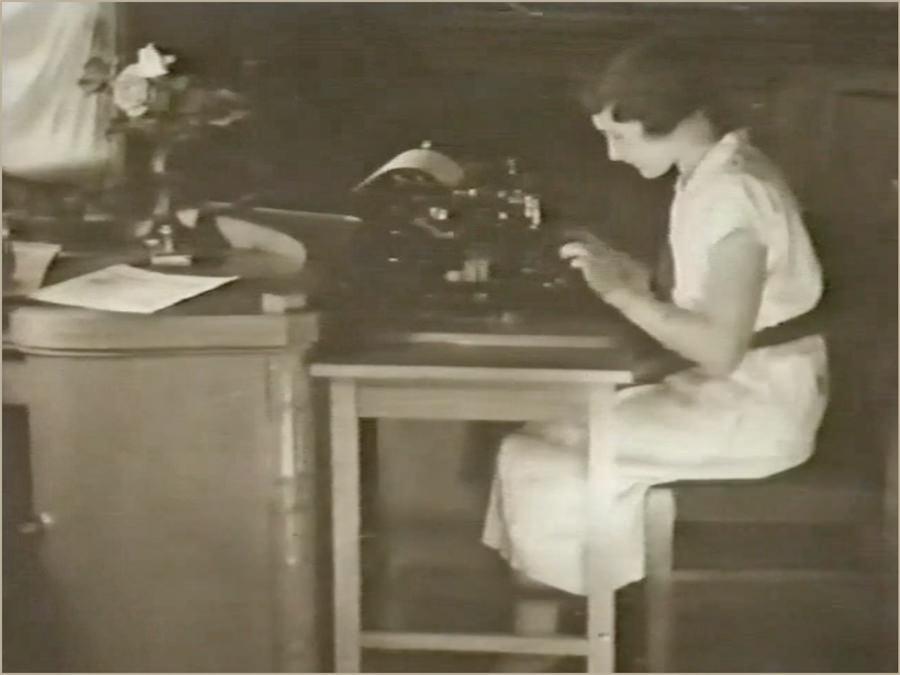 Fräulein an einer Schreibmaschine um 1930