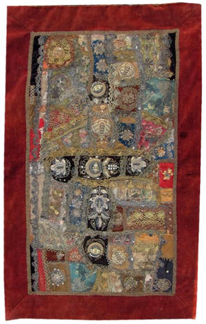 Wandbehang aus Trachtenhauben, angefertigt von Margarete Windthorst