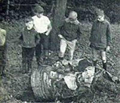 Haller Jungs neben einem Teil des Triebwerks. Foto: Neue Presse vom 4. August 1965